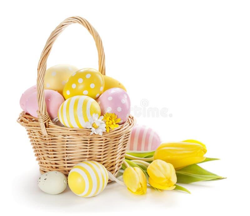Cesta con los huevos de Pascua imágenes de archivo libres de regalías