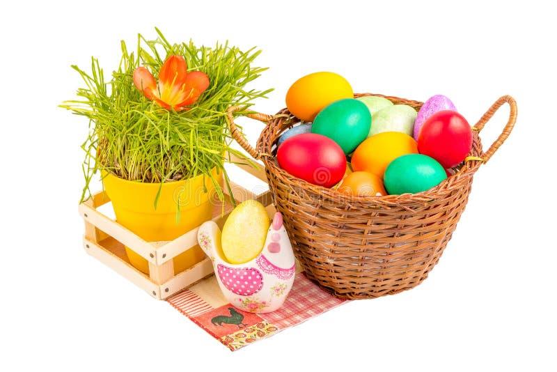 Cesta con los huevos de Pascua y el pollo de cerámica foto de archivo libre de regalías