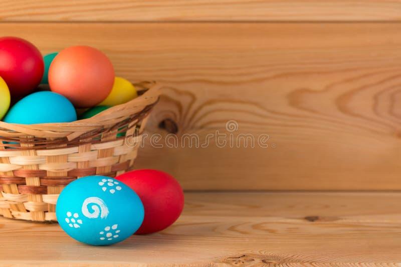 Cesta con los huevos para Pascua, y espacio fotografía de archivo