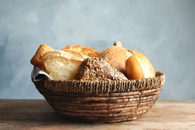 Cesta con pan fresco en la tabla imagen de archivo libre de regalías