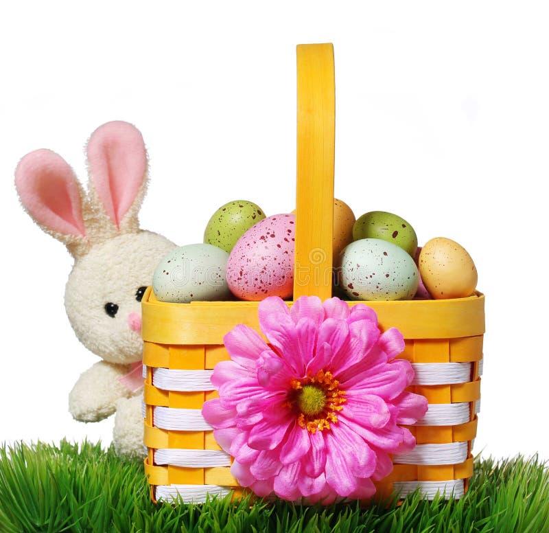 Cesta da Páscoa com ovos e coelho coloridos na grama verde fotos de stock