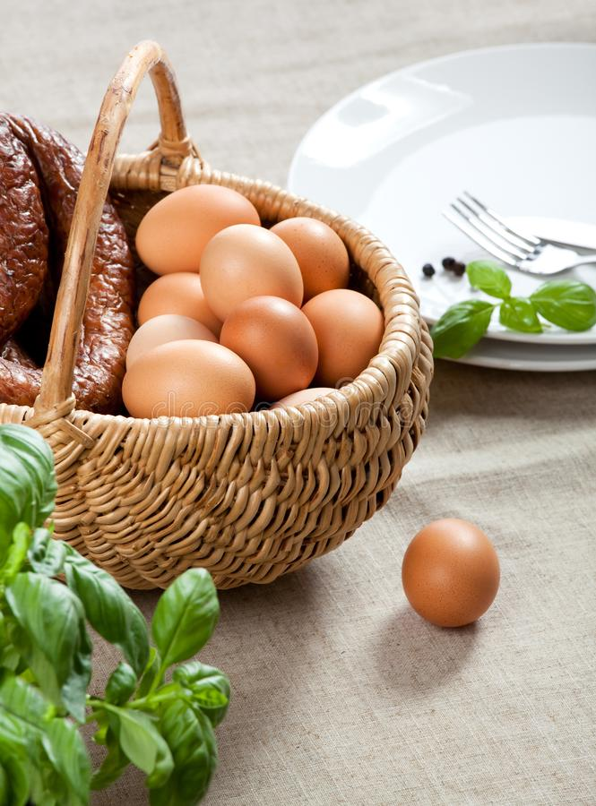 Cesta da Páscoa - ovos, salsicha fotografia de stock royalty free