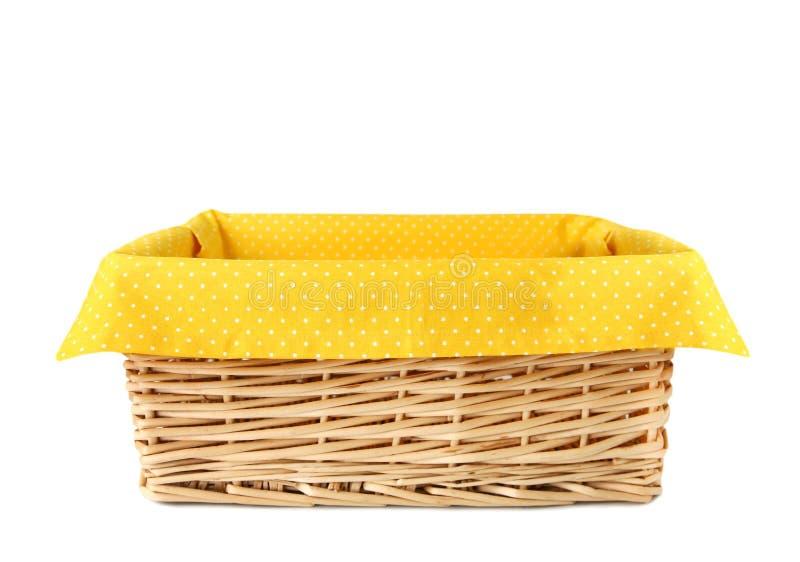 Cesta da palha com o pano amarelo isolado imagens de stock royalty free