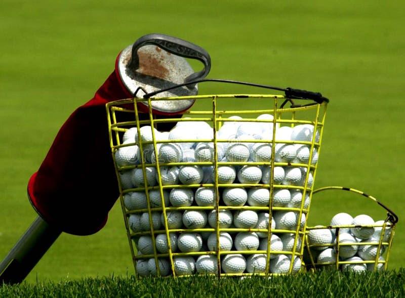 Cesta das bolas de golfe da prática imagem de stock