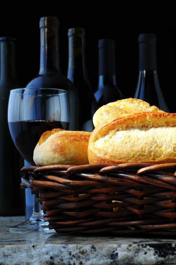 Cesta de Baguettes con el vino imagenes de archivo