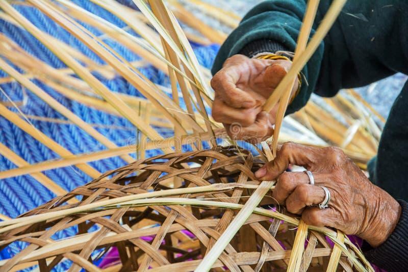 Cesta de bambu de tecelagem imagem de stock