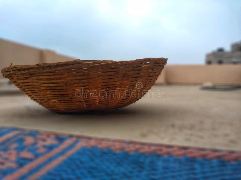 Cesta de bambu feito à mão usada armazenando frutos, vegetal foto de stock