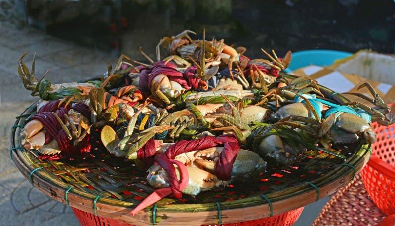 Cesta de caranguejos frescos para a venda em Hoi An Market fotografia de stock
