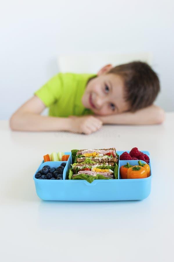 Cesta de comida azul imagem de stock royalty free