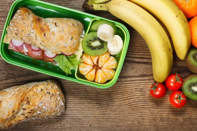 Cesta de comida na tabela de madeira fotografia de stock royalty free