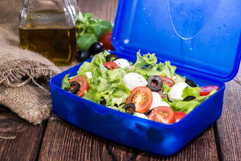 Cesta de comida saudável com salada fresca imagens de stock royalty free