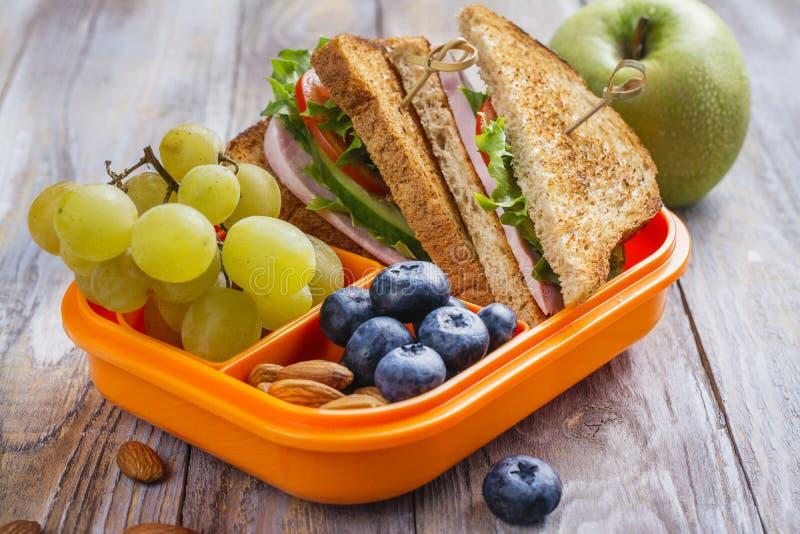 Cesta de comida saudável dos miúdos imagem de stock royalty free