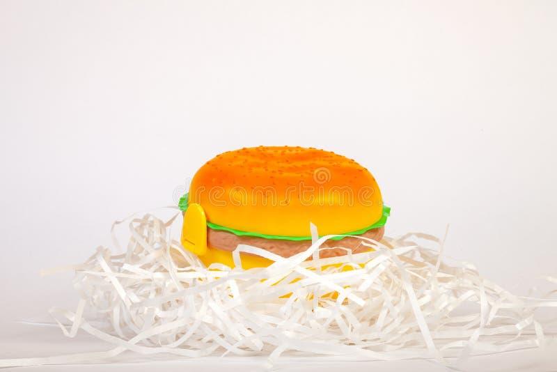 Cesta de comida sob a forma de um Hamburger amarelo para preservar e levar o alimento caseiro ou os sanduíches durante o dia de t fotos de stock royalty free