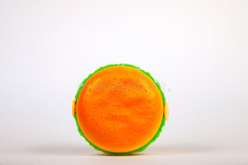 Cesta de comida sob a forma de um Hamburger amarelo para preservar e levar o alimento caseiro ou os sanduíches durante o dia de t foto de stock