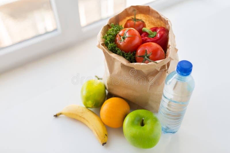 Cesta de comida y de agua vegetales en la cocina foto de for Maduras en la cocina