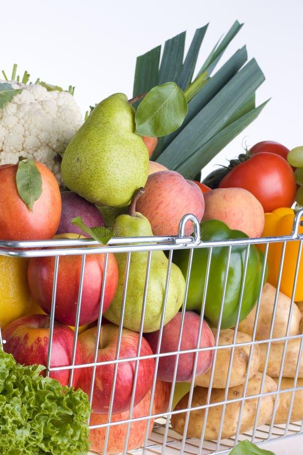 Cesta de compra do Greengrocery imagem de stock