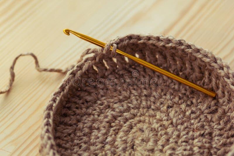 Cesta de confecção de malhas Crochet fotografia de stock royalty free