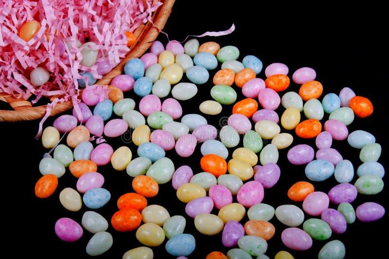 Cesta de Easter com doces imagens de stock