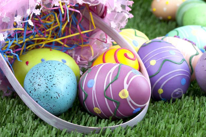 Cesta de Easter e ovos coloridos imagem de stock royalty free