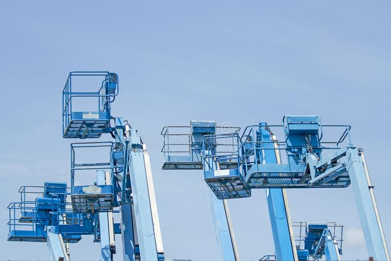 A cesta de empilhadeiras múltiplas é velha do azul no backgro do céu azul foto de stock