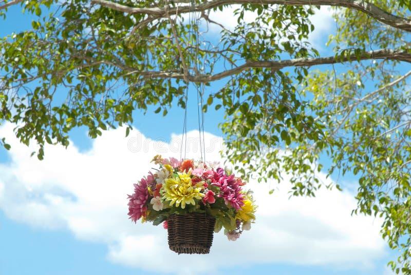 Cesta de flores artificiales imagen de archivo libre de regalías
