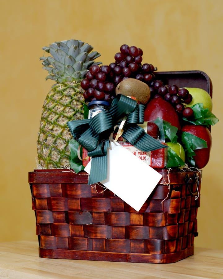 Cesta de fruta com cartão do presente fotografia de stock