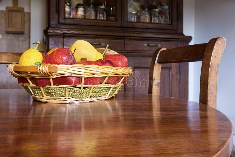 Cesta de fruta en la tabla imagen de archivo