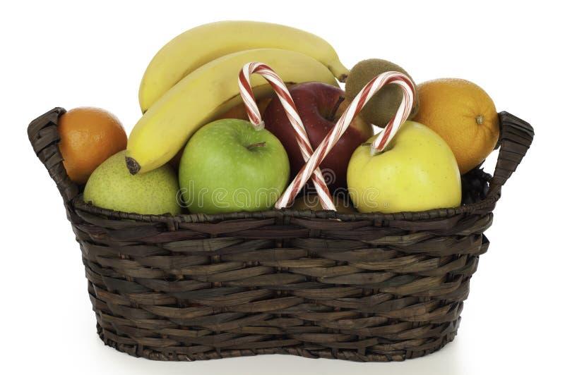 Cesta de fruta festiva en el blanco para la celebración de días festivos imagen de archivo libre de regalías