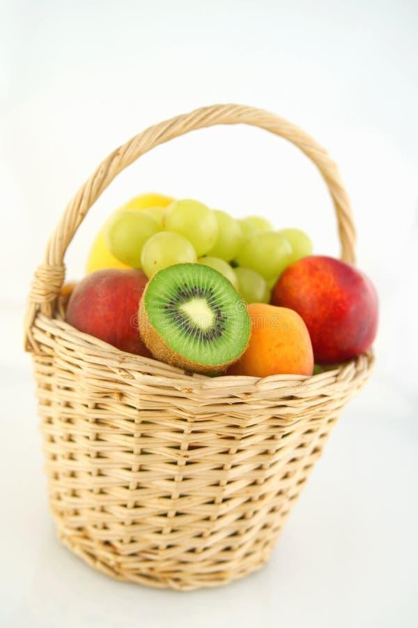 Cesta de fruta pequena fotos de stock royalty free