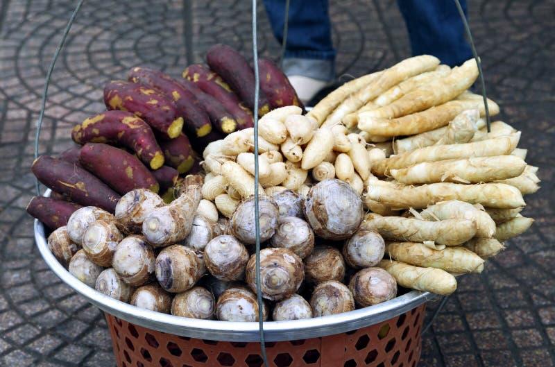 Cesta de fruta de un vendedor ambulante imagen de archivo