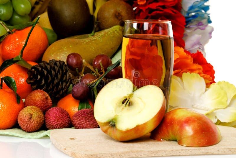 Cesta de fruta, zumo de manzana fotos de archivo