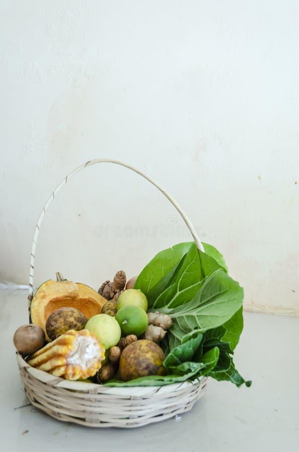 Cesta de frutas, de verduras, y de granos foto de archivo