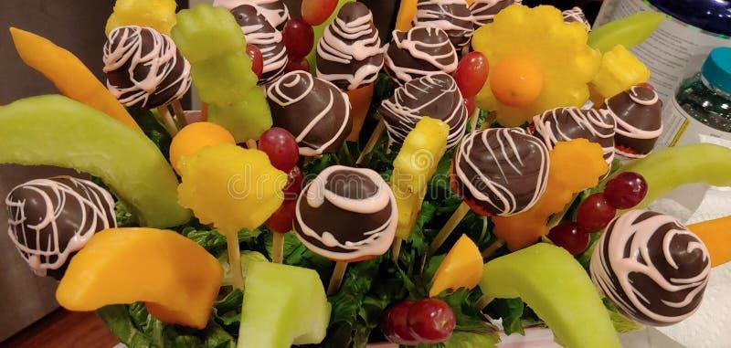 Cesta de fruto comestível caseiro dos arranjos com morangos imagens de stock royalty free
