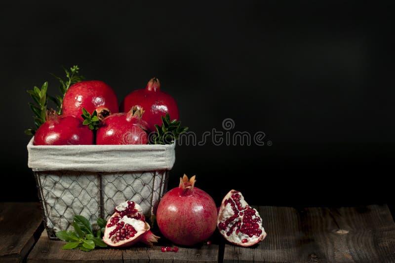 Cesta de fruto da romã foto de stock royalty free
