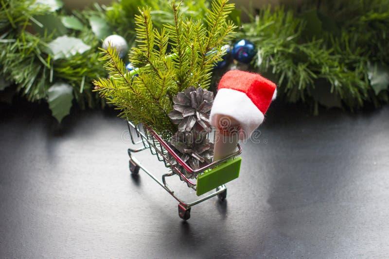 Cesta de la caja y del regalo de la Navidad fotos de archivo