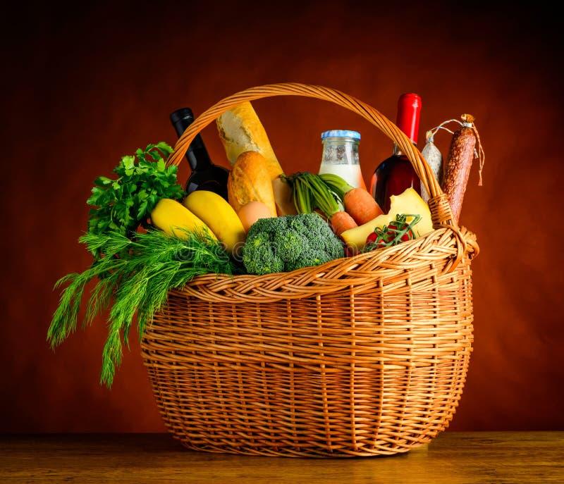 Cesta de la comida campestre con las verduras frescas y las frutas fotos de archivo libres de regalías