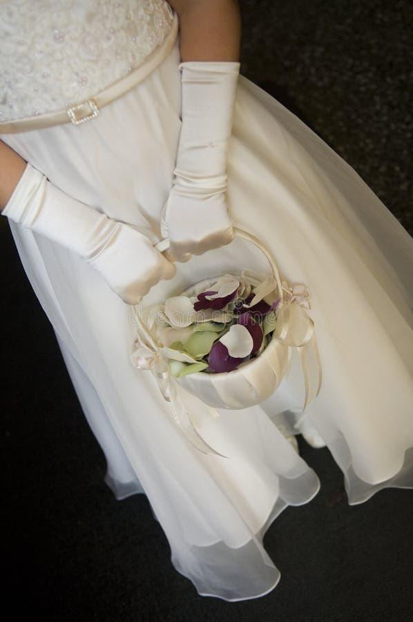 Cesta de la explotación agrícola de Flowergirl con los pétalos en ella imagen de archivo