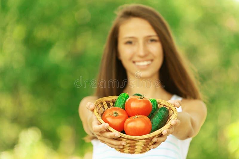 Cesta de la explotación agrícola de la mujer de tomates fotos de archivo libres de regalías