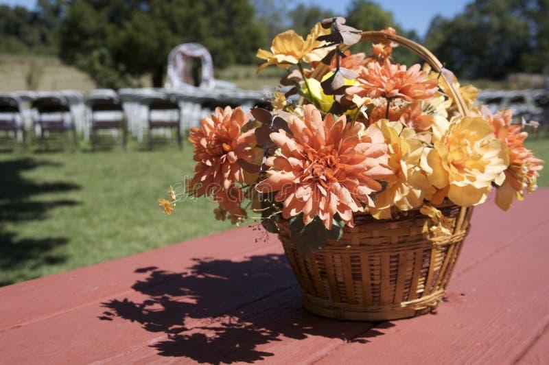 Cesta de la flor de la boda de la caída en la mesa de picnic imagen de archivo libre de regalías