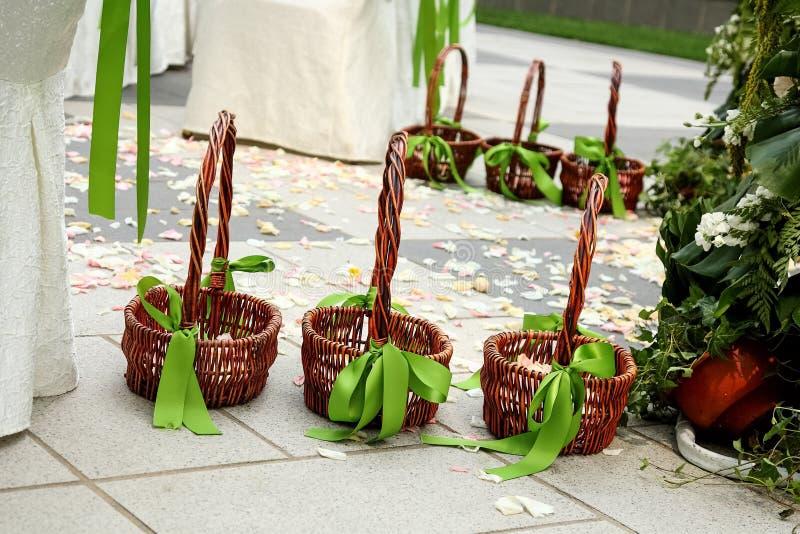 Cesta de la flor en la boda imagen de archivo libre de regalías