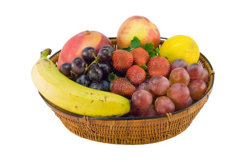 Cesta de la fresa del plátano de las uvas fotografía de archivo libre de regalías