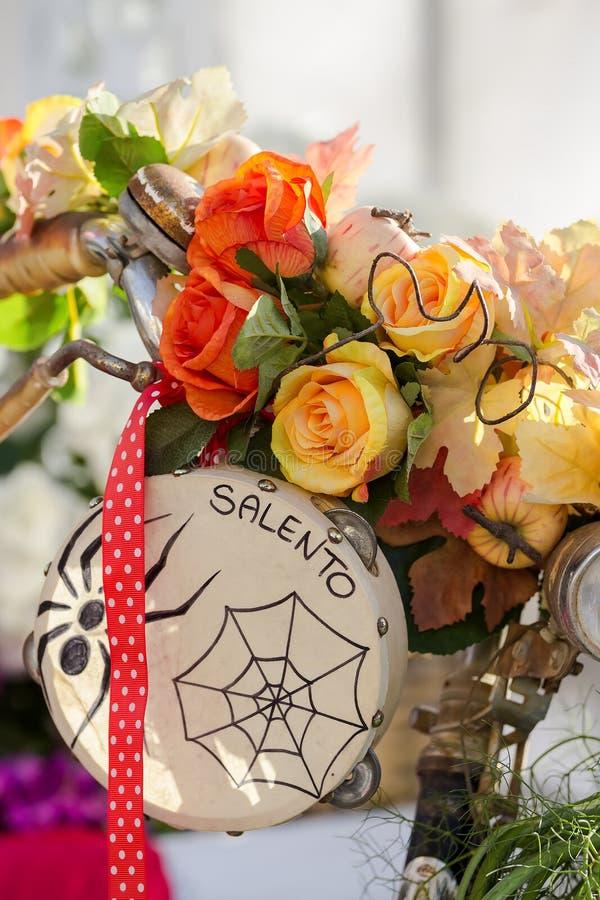 Cesta de las flores en una bicicleta, paisaje con una pandereta, Salento, Apulia foto de archivo libre de regalías