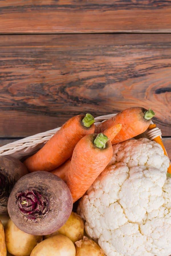 Cesta de las verduras en la madera con el copyspace imagen de archivo
