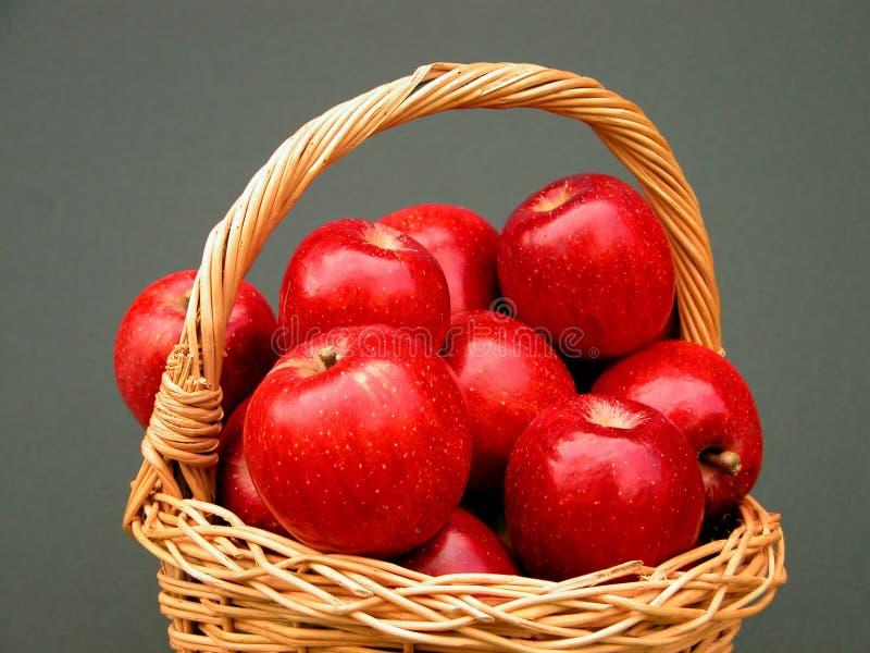 Cesta de las vitaminas - manzanas fotografía de archivo