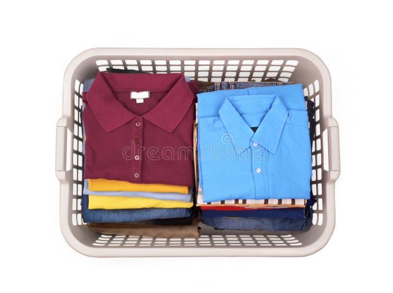 Cesta de lavadero con ropa En la cesta blanca del fondo con clea fotos de archivo libres de regalías