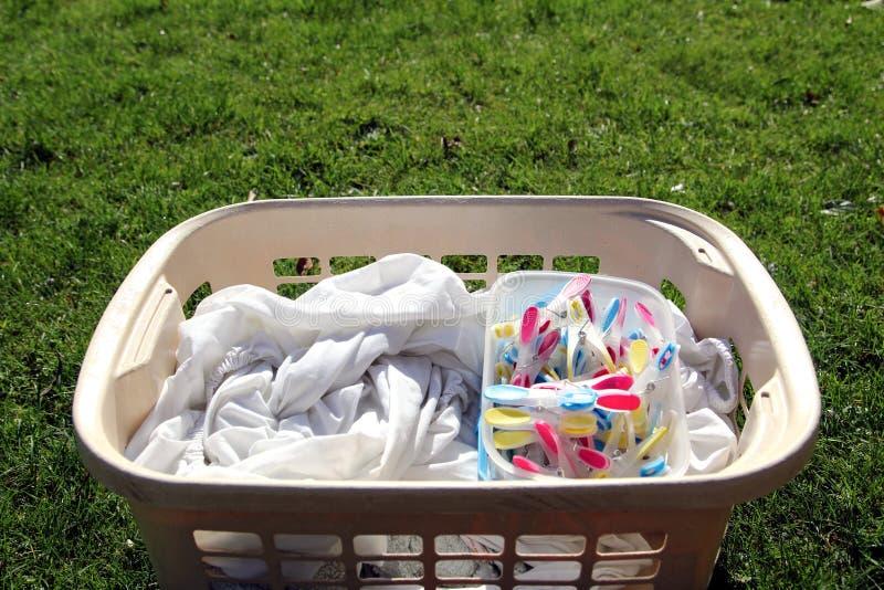 Cesta de lavadero por completo de lavadero listo para ser colgado hacia fuera con colorfu fotos de archivo libres de regalías