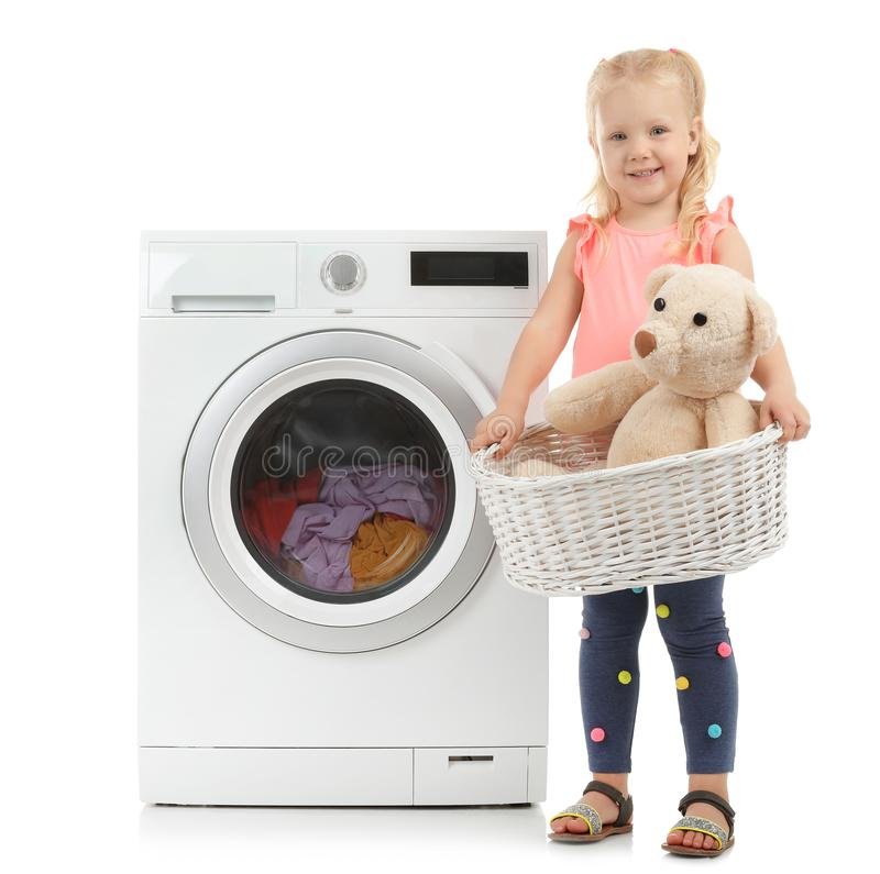 Cesta de lavanderia bonito da terra arrendada da menina com peluche fotos de stock royalty free