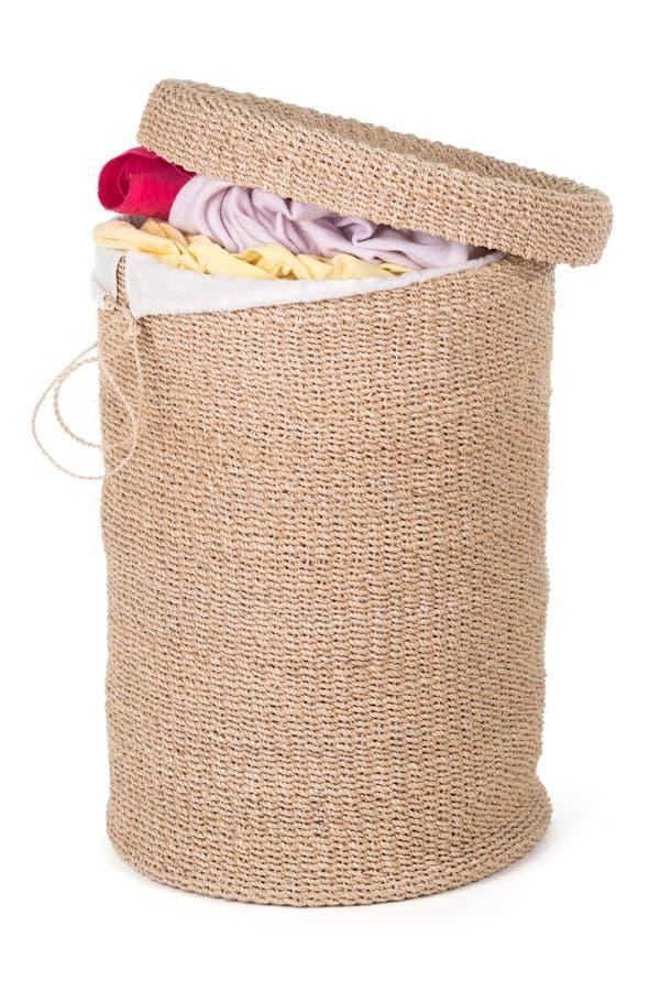 Cesta de lavanderia com lavanderia colorida fotos de stock royalty free