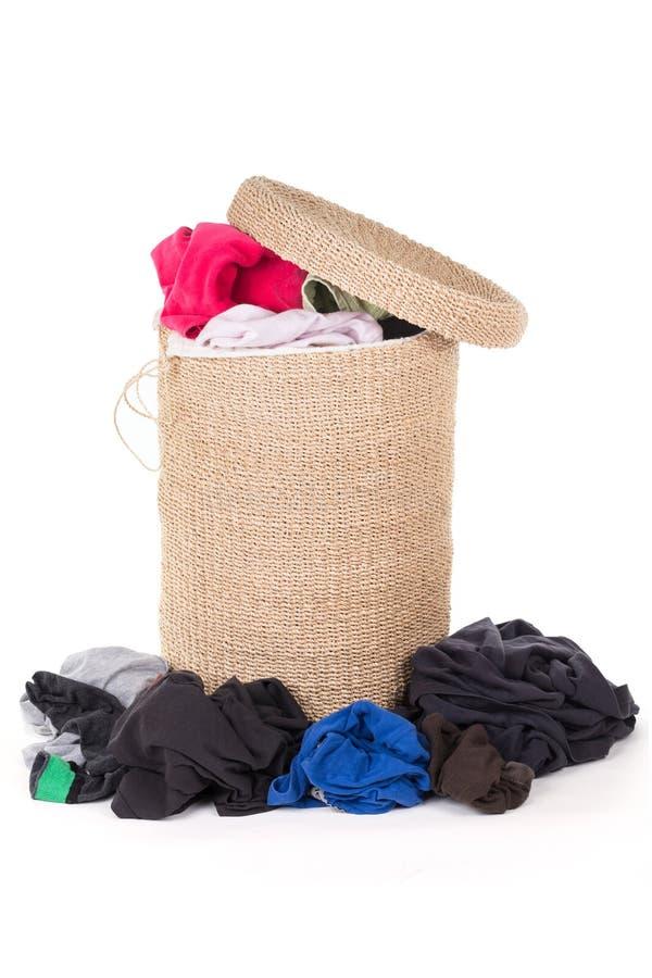 Cesta de lavanderia com lavanderia colorida imagens de stock