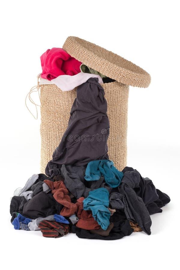 Cesta de lavanderia com lavanderia colorida fotografia de stock